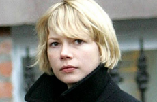 Michelle Williams y su hija Matilda caminando en New York