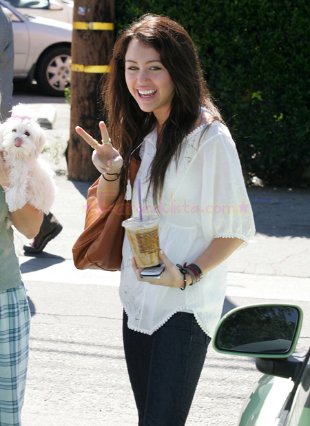 miley-cirus-with-her-mom-in-la-01.jpg