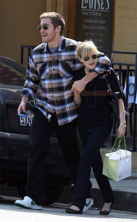 reese-witherspoon-and-jake-gyllenhaal-in-brentwood-01.jpg