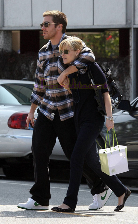 reese-witherspoon-and-jake-gyllenhaal-in-brentwood-02.jpg