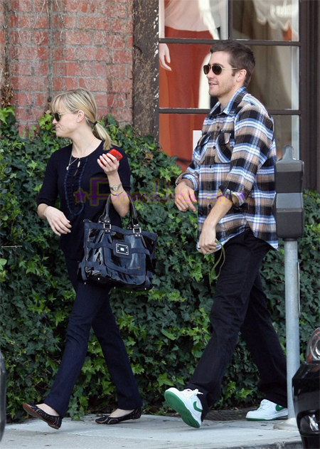 reese-witherspoon-and-jake-gyllenhaal-in-brentwood-03.jpg