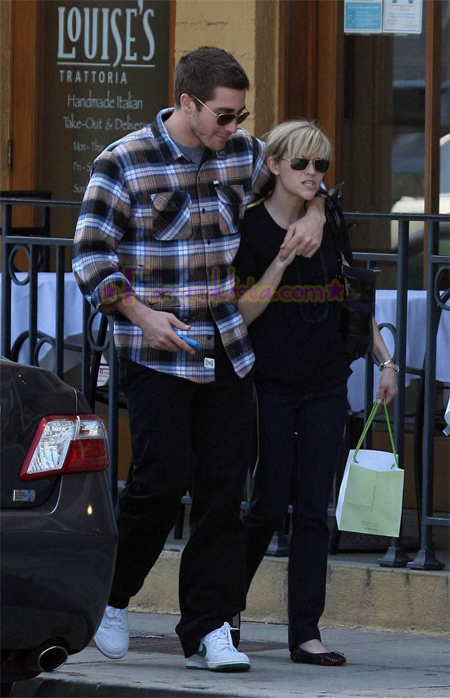 reese-witherspoon-and-jake-gyllenhaal-in-brentwood-04.jpg