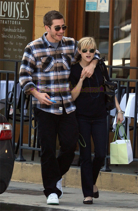 reese-witherspoon-and-jake-gyllenhaal-in-brentwood-05.jpg