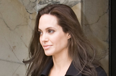 Angelina embarazadisima discute sobre Irak en Washington