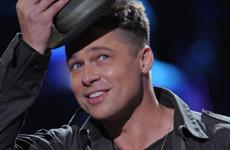 Brad Pitt en el show Idol Gives Back 2008 de AI