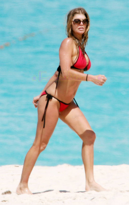 fergie-red-hot-bikini-10.jpg