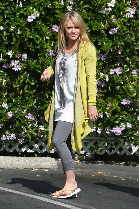 hilary-duff-walking-around-hollywood-03.jpg