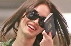 Megan Fox sonrie a los paparazzi en el aeropuerto