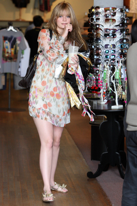 mischa-barton-shopping-beverly-hills.jpg