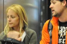 Nicole y Joel con su bebita Harlow en el aeropuerto