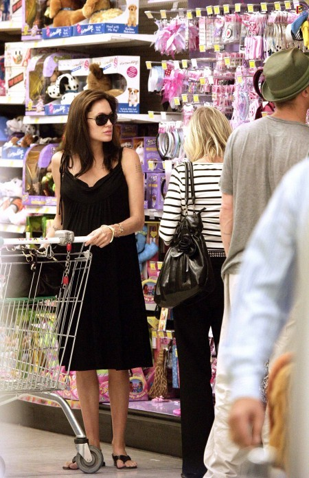 angelina_jolie_and_brad_pitt_shopping_at_toys_r_us_in_cannes-02.jpg