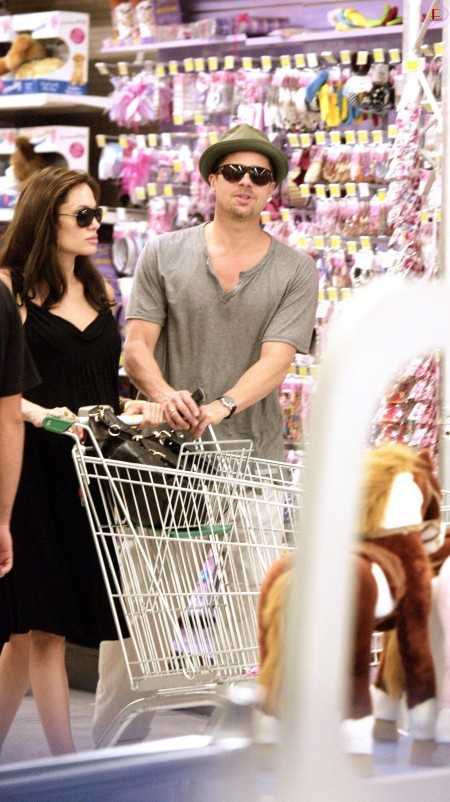 angelina_jolie_and_brad_pitt_shopping_at_toys_r_us_in_cannes-03.jpg