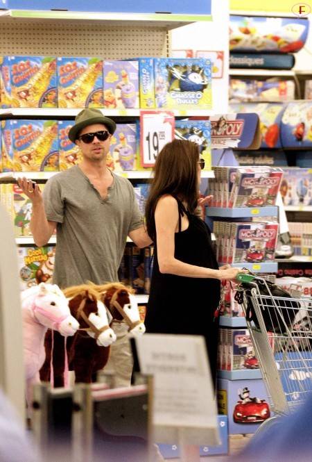 angelina_jolie_and_brad_pitt_shopping_at_toys_r_us_in_cannes-04.jpg