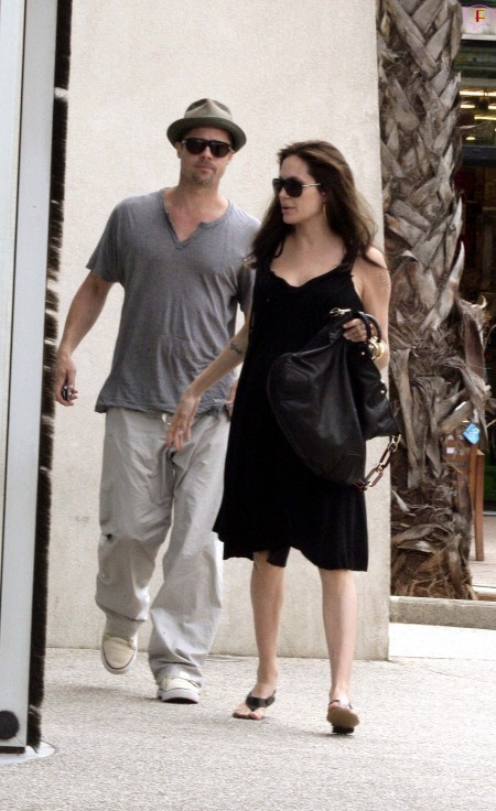angelina_jolie_and_brad_pitt_shopping_at_toys_r_us_in_cannes-06.jpg