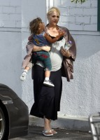 gwen_stefani_with_son_kingston_at_grocery_store_bristol_farms-0.jpg