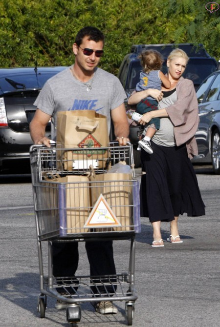 gwen_stefani_with_son_kingston_at_grocery_store_bristol_farms-3.jpg