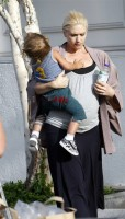 gwen_stefani_with_son_kingston_at_grocery_store_bristol_farms-4.jpg