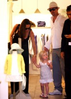 angelina_jolie_and_brad_pitt_shopping_in_cannes-2.jpg