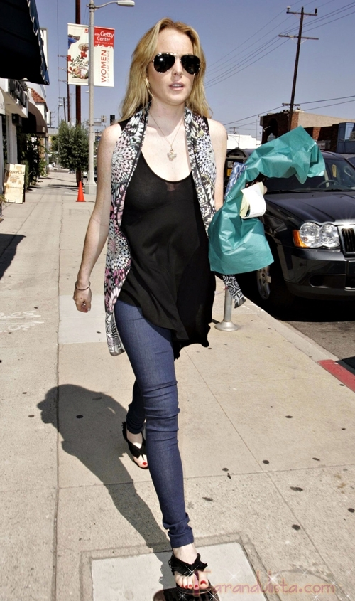 lindsay_lohan_out_shopping_in_los_angeles-02.jpg