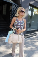 paris_hilton_out_and_about_in_hollywood-02.jpg