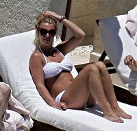 Britney luce sexy y tonificada con bikini en Mexico