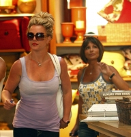 britney spears and her mother shopping in hollywood 02.thumbnail