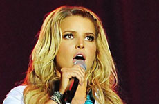 Jessica Simpson abucheada en su primer concierto country