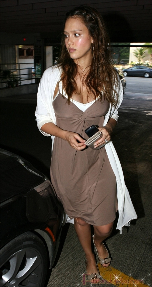 jessica-alba-leaving-whole-food.jpg