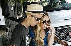 Lindsay y Samantha tomadas de la mano