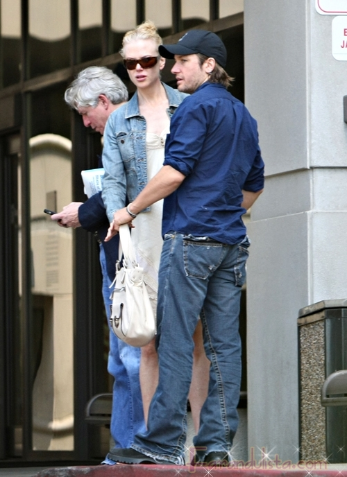 nicole_kidman_and_keith_urban_kissing_outside_hospital-01.jpg