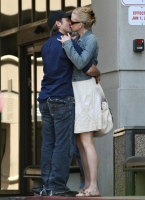 nicole_kidman_and_keith_urban_kissing_outside_hospital-02.jpg