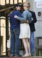 nicole_kidman_and_keith_urban_kissing_outside_hospital-03.jpg