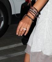Halle Berry con un anillo de compromiso?