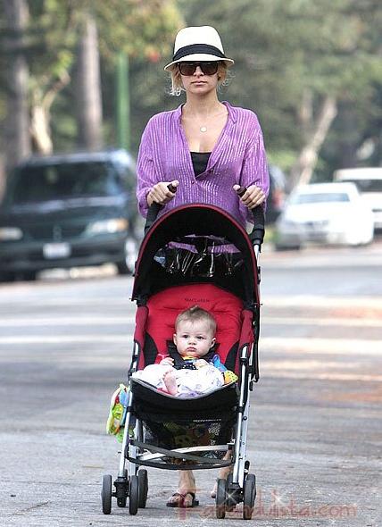 Nicole Richie toma en serio los paseos con Harlow