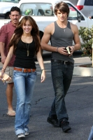Miley Cyrus anda con un chico mayor [OK!] y hara una pelicula