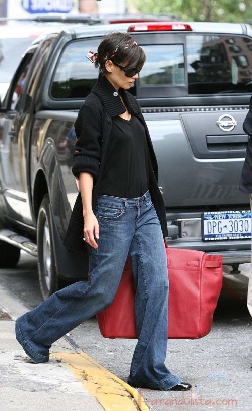 Que guarda Katie Holmes en su super bolso?