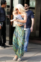 Christina Aguilera sale a cenar con baby Max