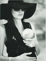 Angelina posa dando pecho a uno de sus gemelos en W