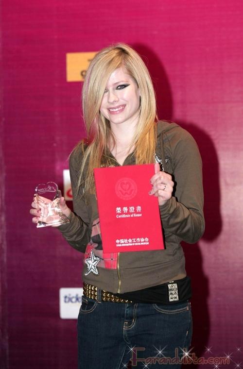 Avril Lavigne recibe certificado de Honor en China