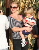 Britney lleva a sus babies a comprar las calabazas de Halloween