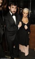 Christina Aguilera sigue mostrando su escote