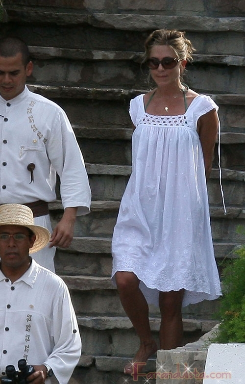 Jennifer Aniston adorable de blanco en Mexico
