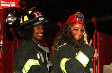 Mariah Carey es una bombero sexy en Halloween