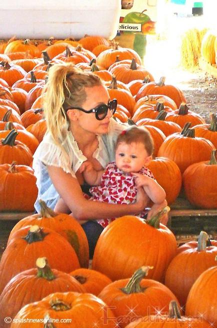 Nicole Richie lleva a Harlow a comprar calabazas de Halloween