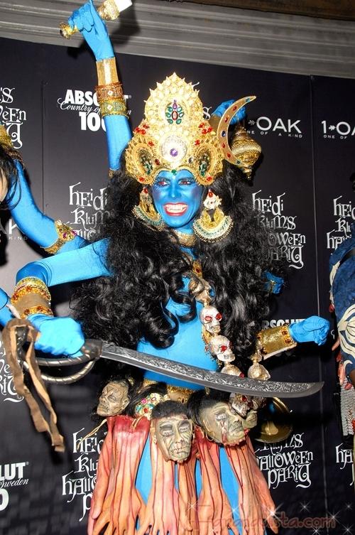 Heidi Klum se disfrazo de Kali por los brazos y cabezas colgando