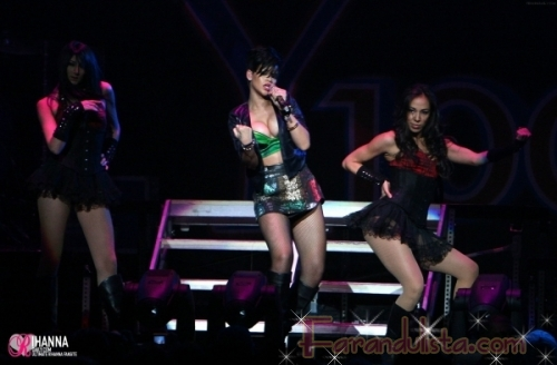 Rihanna descubre el push-up (o los implantes?)