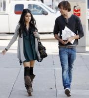 Vanessa Hudgens y Zac Efron paseando en Hollywood