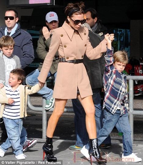 Victoria Posh Beckham con sus hijos y tremendos tacones aguja