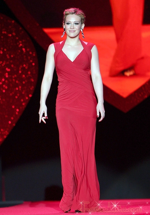 Hilary Duff viste de rojo en la pasarela por el corazon