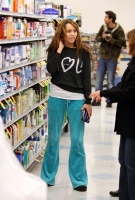 Miley Cyrus comprando productos faciales